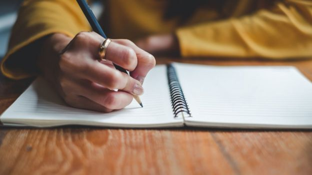 Mujer escribiendo.