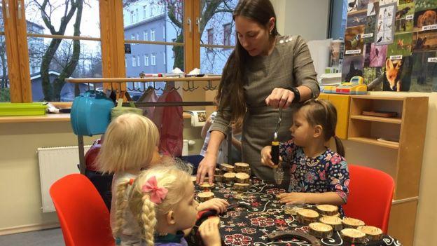 https://ichef.bbci.co.uk/news/624/cpsprodpb/C212/production/_109928694_estoniakindergarten2.jpg