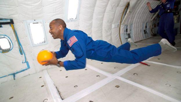 Miembro de la NASA en entorno sin gravedad.