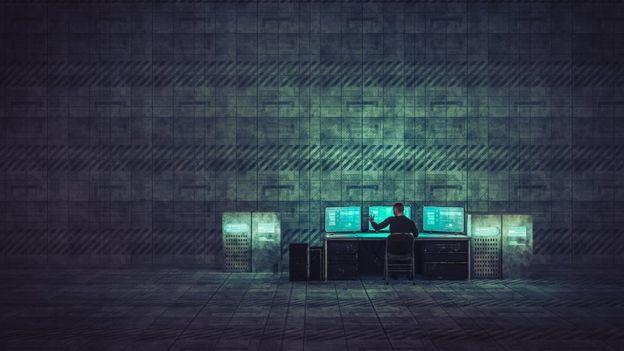 Un hombre con una computadora