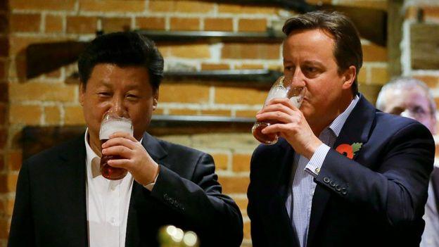 2015年10月,習近平訪問英國時,當時的英國首相卡梅倫曾帶他到一間鄉村酒吧,品嚐炸魚薯條和當地啤酒。