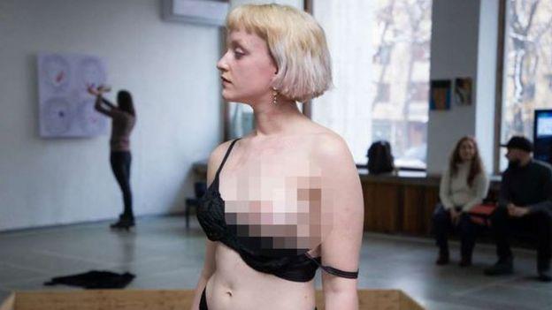 Karya seni senior Denmark, Julie Savery menuai kontroversi.