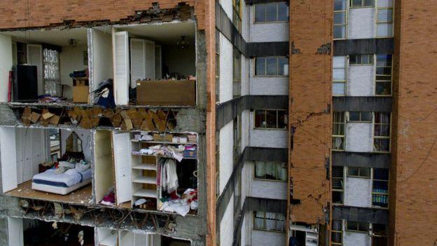 Uno de los edificios residenciales dañados por el sismo.