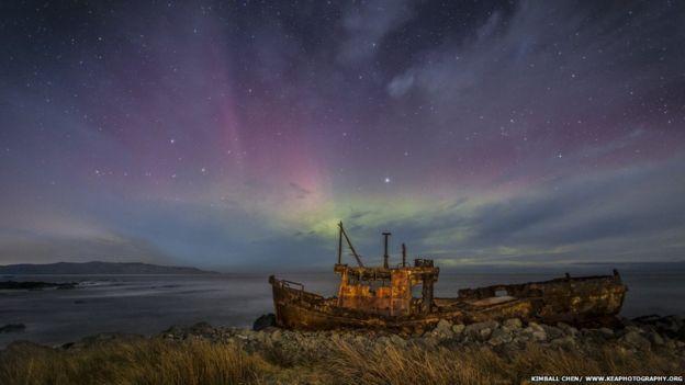 Aurora Australis southern lights stun New Zealand - BBC News
