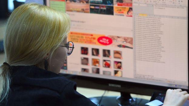 Teknoloji yetkilisi bilgisayarın başında
