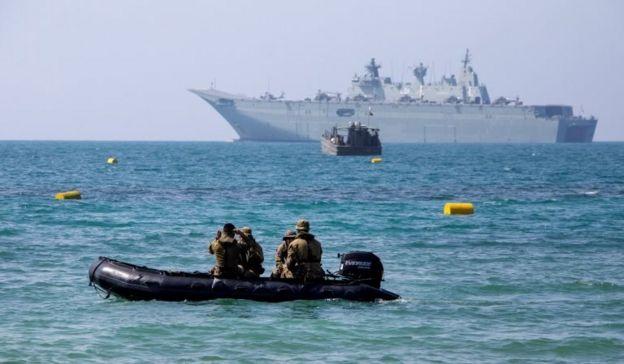 """为确保APEC峰会安全举行,澳洲派出F/A-18E/F超级大黄蜂战机、电子传感飞机,将在摩尔斯贝港上空巡逻,可进行直升机起降的澳洲皇家海军两栖攻击舰""""阿德雷德""""号(HMAS Adelaide)和其它几艘军舰将负责海上安全。"""