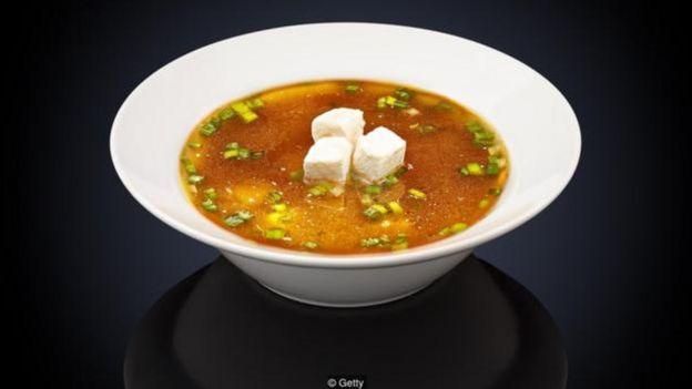 Một bát súp miso chứa 2,7g muối