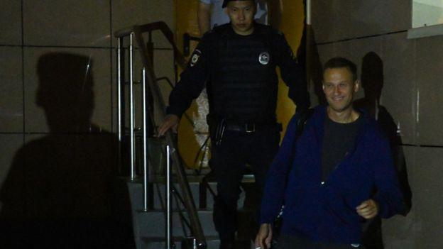 Navalny deja la corte tras ser condenado a 30 días de prisión.