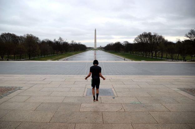 华盛顿市国家广场看过去的林肯纪念碑。