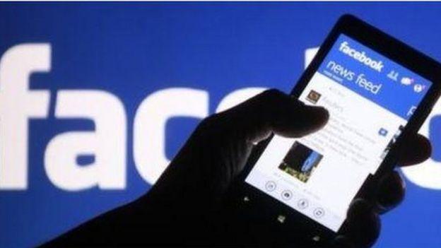 Hình ảnh trang Facebook trên điện thoại di động