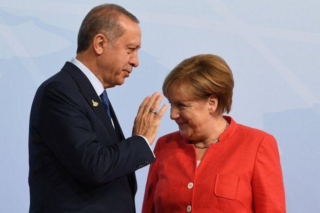 Erdoğan ve Merkel Temmuz ayında Hamburg'daki G-20 zirvesinde selamlaşırken