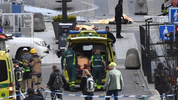 Ambulancia asiste a las víctimas del ataque en Estocolmo