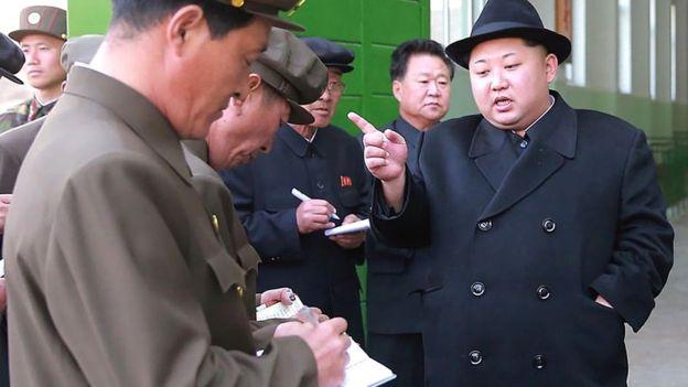 Esta foto sin fecha difundida por la Agencia Central de Noticias de Corea de Corea del Norte (KCNA) el 23 de abril el año 2016 muestra que el líder norcoreano Kim Jong-un (R) en el número 3 la central eléctrica de la juventud Paektusan héroe en Ryanggang.