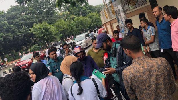 Estudiantes y policía en Daca.