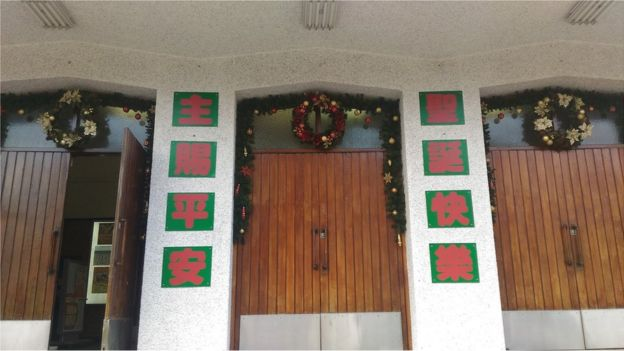 天主教教堂张灯结彩准备迎接圣诞节的来临。