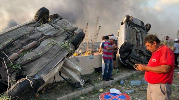 Dos coches volteados por la fuerte explosión en Beirut.