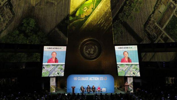 Painel em sala da ONU mostra Greta Thunberg discursando