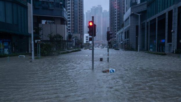 香港部份地區嚴重水浸,有汽車被困。