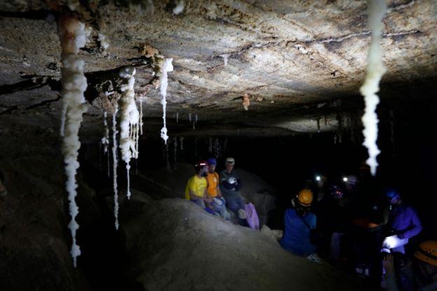 استالاکتیتهای نمکی از سقف غار ملهام آویزان هستند