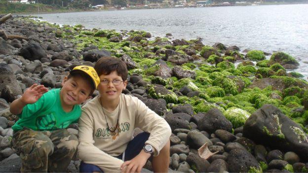 Joaquín y su hermano Pablo antes del tsunami en la Isla Juan Fernández.