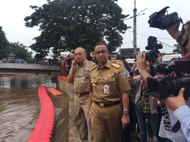 Gubernur Jakarta Anies Baswedan meninjau pintu air Manggarai.