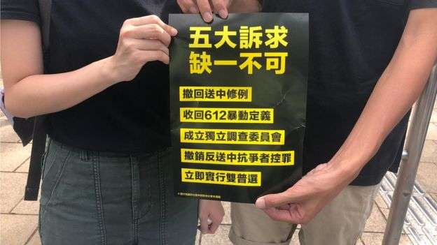 """參加遊行的勞先生和羅小姐批評,林鄭月娥至今仍然對遊行的五大訴求沒有回應,只用""""語言藝術""""應對。"""