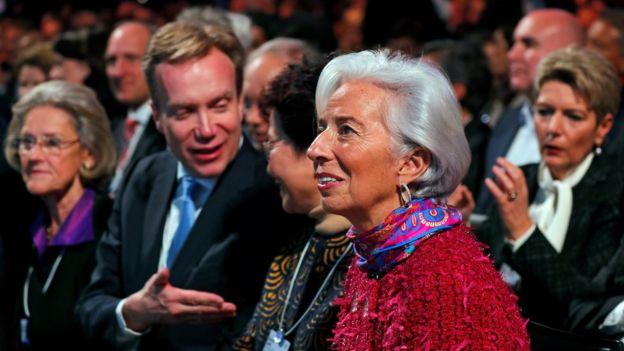 La directora general del Fondo Monetario Internacional, Christine Lagarde, entre el público de Trump.