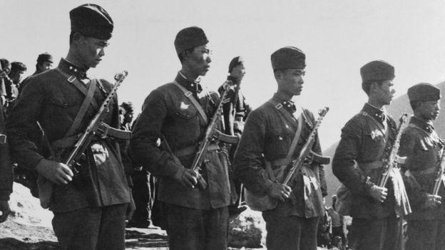 Tropas chinesas em guarda perto da fronteira com o Tibete em 1959