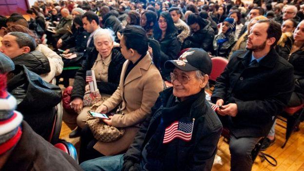 Ông Mai Ha đặt lá cờ Mỹ trong ngực áo trong buổi lễ nhập tịch Hoa Kỳ hôm 22/1/2019