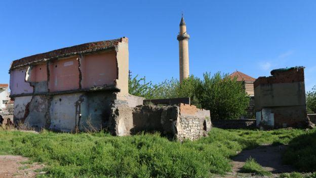 2009'da yıkılan evlerin arasında Ali Paşa Cami'nin minaresi