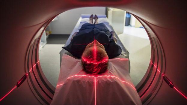 Paciente em um scanner médico no hospital