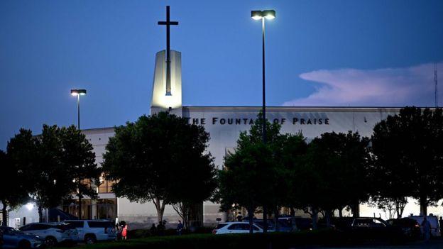Mídia montada em frente à igreja Fountain of Praise, onde os serviços serão realizados para George Floyd em 8 de junho em Houston, Texas