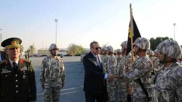 Cumhurbaşkanı Recep Tayyip Erdoğan, Katar'ın başkenti Doha'daki Türk üssünü ziyaret ederken