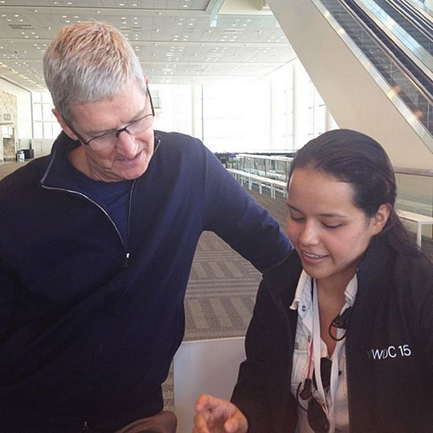 Tim Cook, director ejecutivo de Apple, junto a Alejandrina