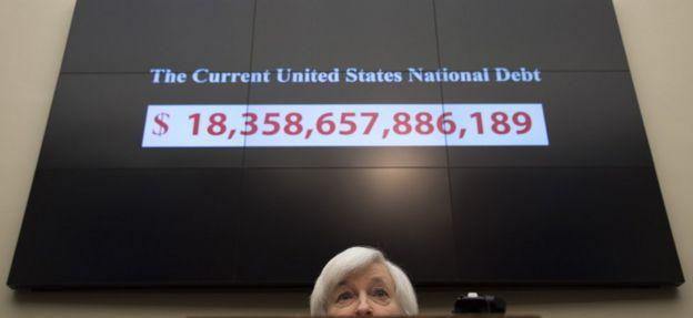Un gráfico muestra la deuda nacional de Estados Unidos en noviembre de 2015.