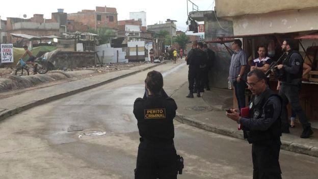 Peritos fotografam área de crime no Rio