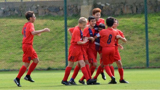 sevinen genç futbolcular