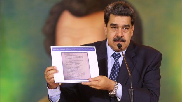 Maduro muestra el contrato