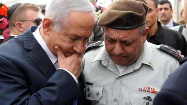 Israeli Prime Minister Benjamin Netanyahu chats with Israeli military chief of staff Lt Gen Gadi Eizenkot in Sde Boker, Israel (14 November 2018)