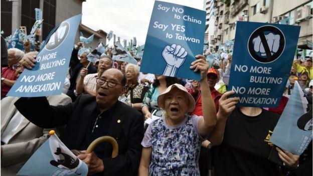 Người dân Đài Loan biểu tình phản đối Trung Quốc đe dọa Đài Loan