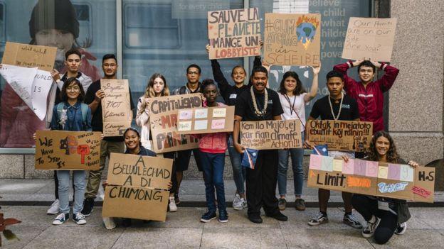Catarina com grupo de jovens que foi à ONU