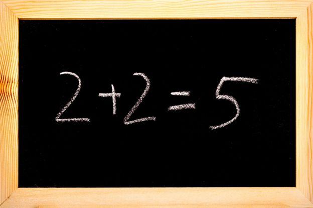 Una pizarra con la fórmula 2 + 2 = 5