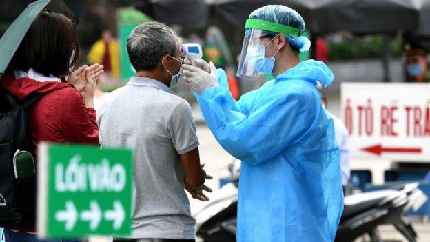Kiểm tra thân nhiệt ở cổng Bệnh viện Bạch Mai, Hà Nội