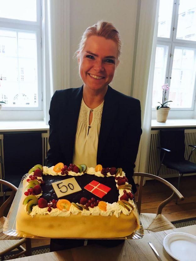 Imagem mostra ministra da Imigração da Dinamarca, Inger Støjberg, em foto postada no Facebook em que aparece ao lado de um bolo para comemorar a aprovação de 50 leis anti-imigração no país