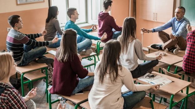 Aplicar técnicas de relajación o de respiración mejoran el ambiente en la clase, afirma el profesor Redondo. Foto: GETTY IMAGES