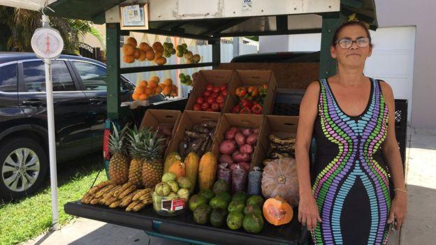 Oneida y su camioneta de frutas.