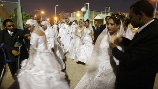 Egyptian couples arrive at a Cairo stadium for a collective wedding (05 September 2007)