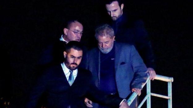 Lula chega à prisão em Curitiba