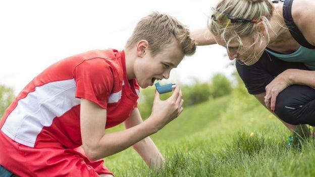 Niño con ataque de asma