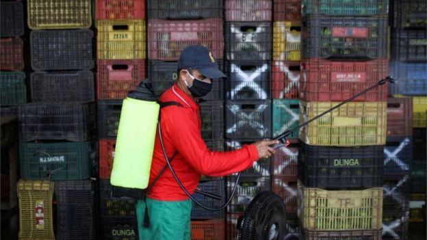 Homem desinfeta porto de Manaus